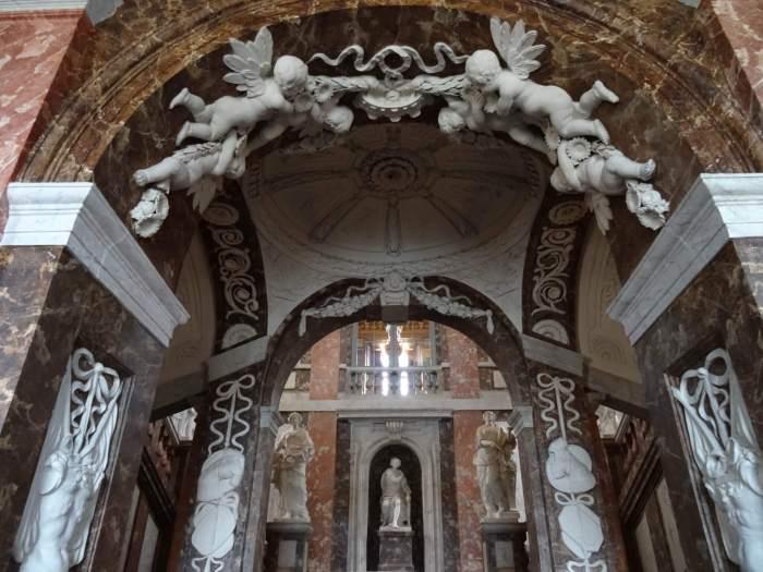 Beeldige engelen sieren trappenhuis Drottningholm