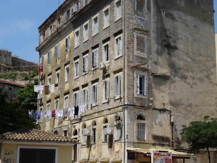 Typisch Corfu. Oude huizen met achterstallig onderhoud en was aan de lijnen.