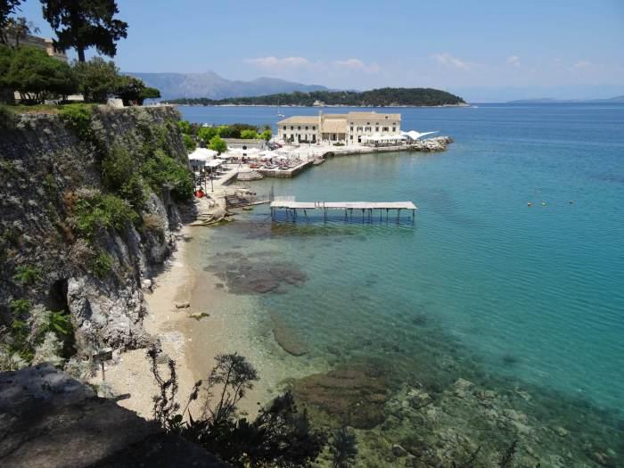 Zicht vanaf de koninklijke residentie over de zeekust van Corfu