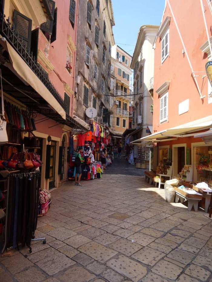 Kleurrijk straatje in oude centrum Corfu