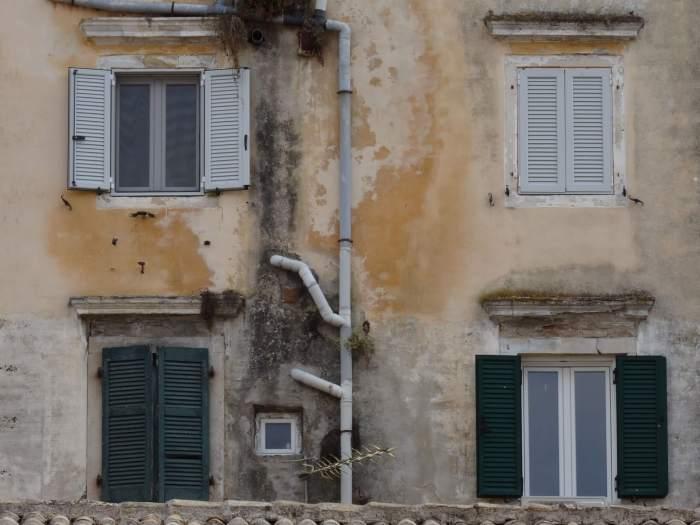 Vervallen gevels vol karakter in oude stad Corfu
