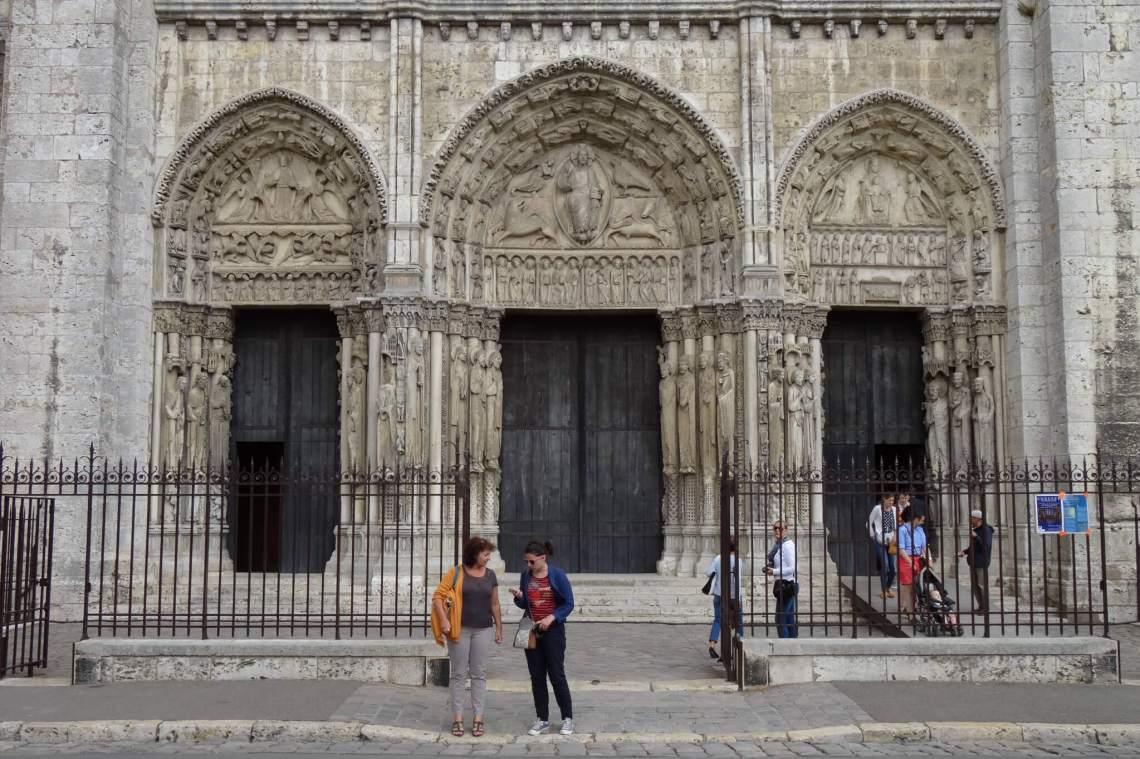Drie portalen vol beeldhouwwerk