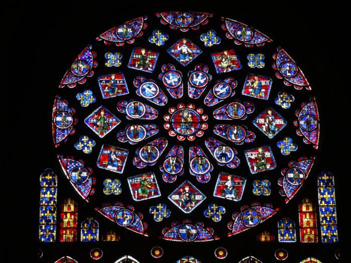 Glas-in-lood raam in de kathedraal van Chartres met Maria en haar kindeke Jezus