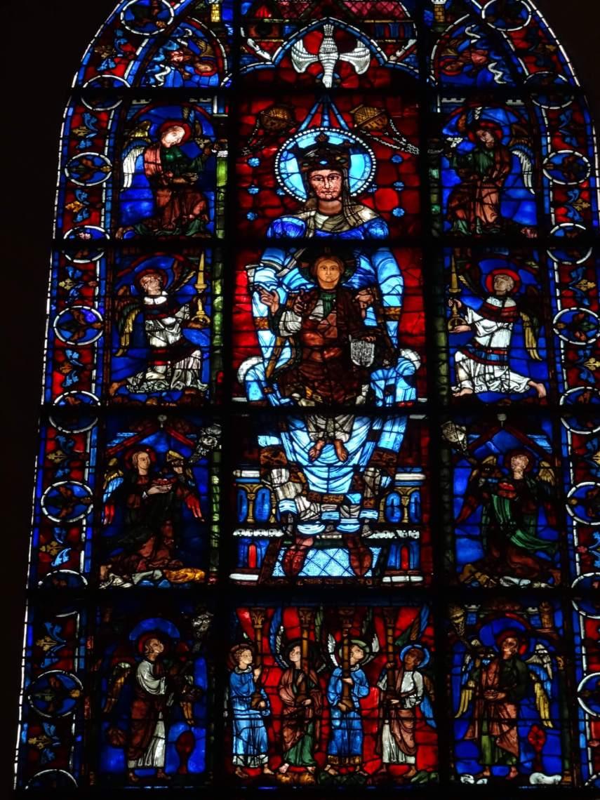 Maria met haar kind op schoot in het glas-in-raam