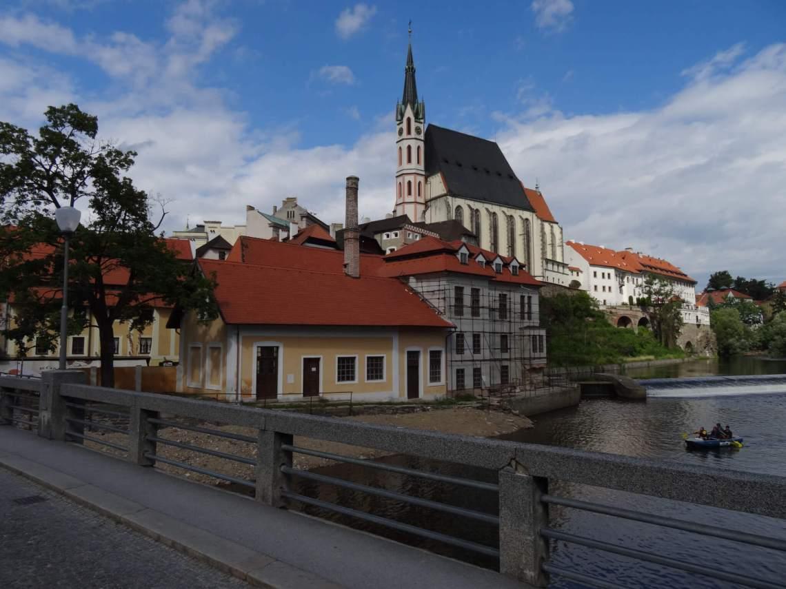 Zicht op hoog boven stad uitstekende kerk vanaf een brug