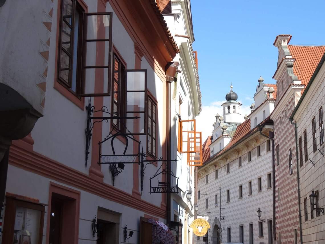 Wit-rood geblokte complex Complex der Jezuïeten in nauwe straat Český KrumlovČeský Krumlov