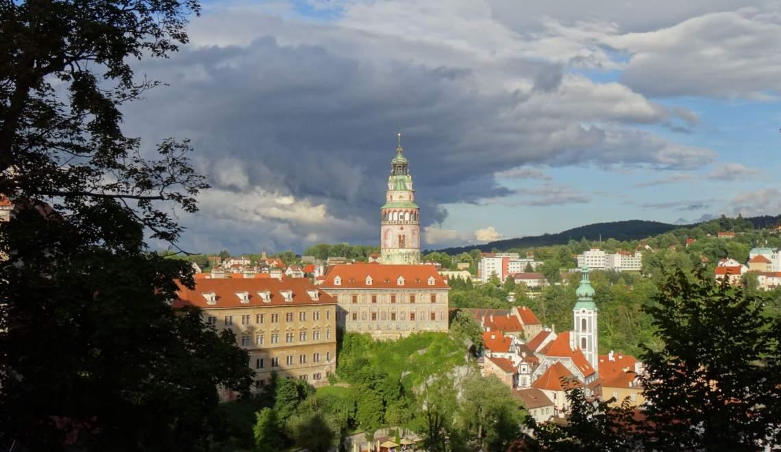 Donkere wolken boven paleis in Český Krumlov
