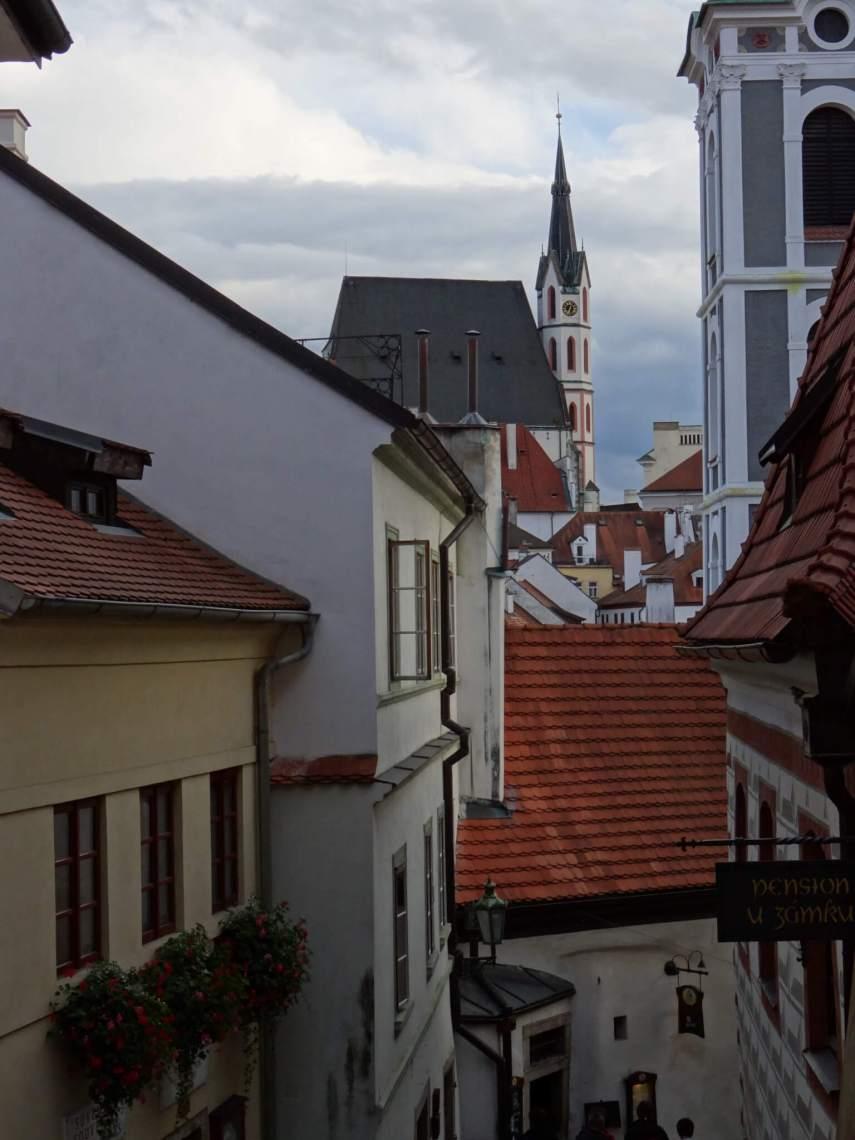 Tussen kleurrijke huizen pronkt aan de einder de Sint Vituskerk