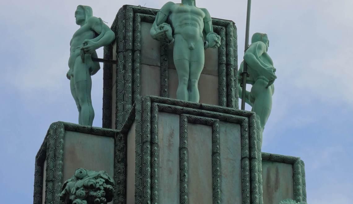 Vier atlasfiguren sieren toren Stocletpaleis