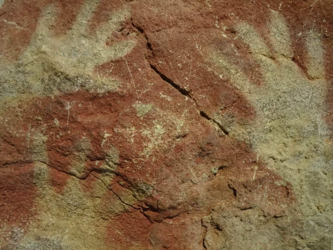 Okerkleurige handafdrukken in de grot van Altamira