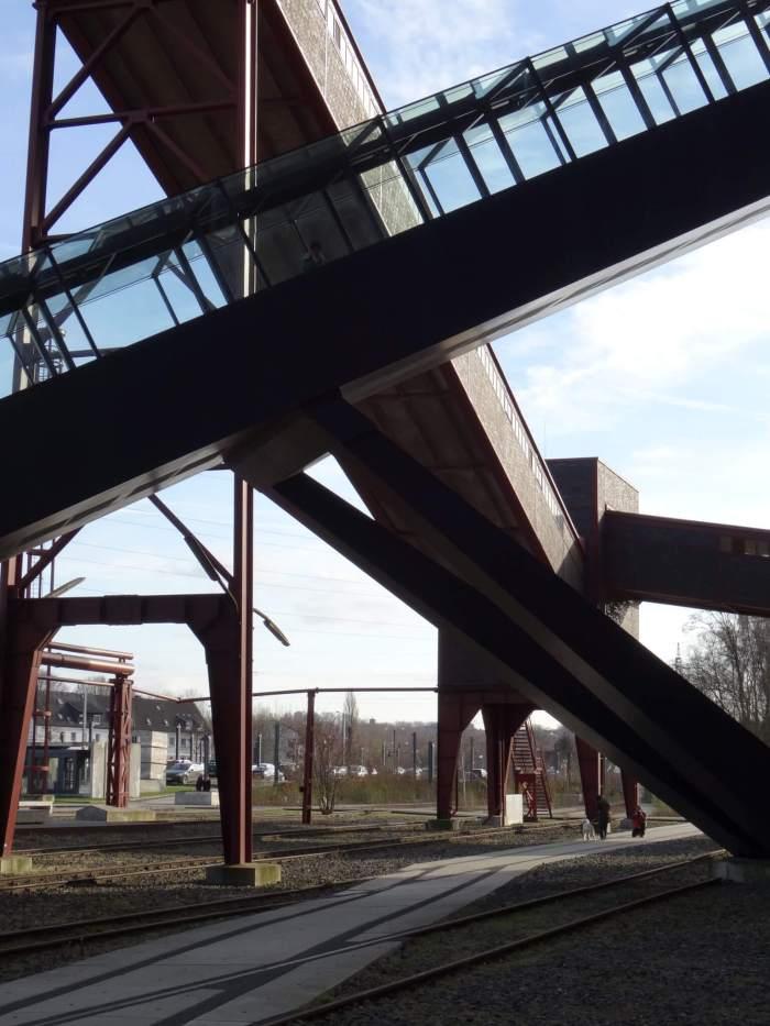 De verschillende liften vormen een mooi lijnenspel in Zollverein