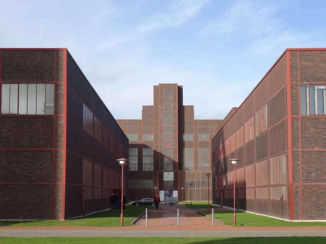 Strenge Bauhausarchitectuur in baksteen en rood staal