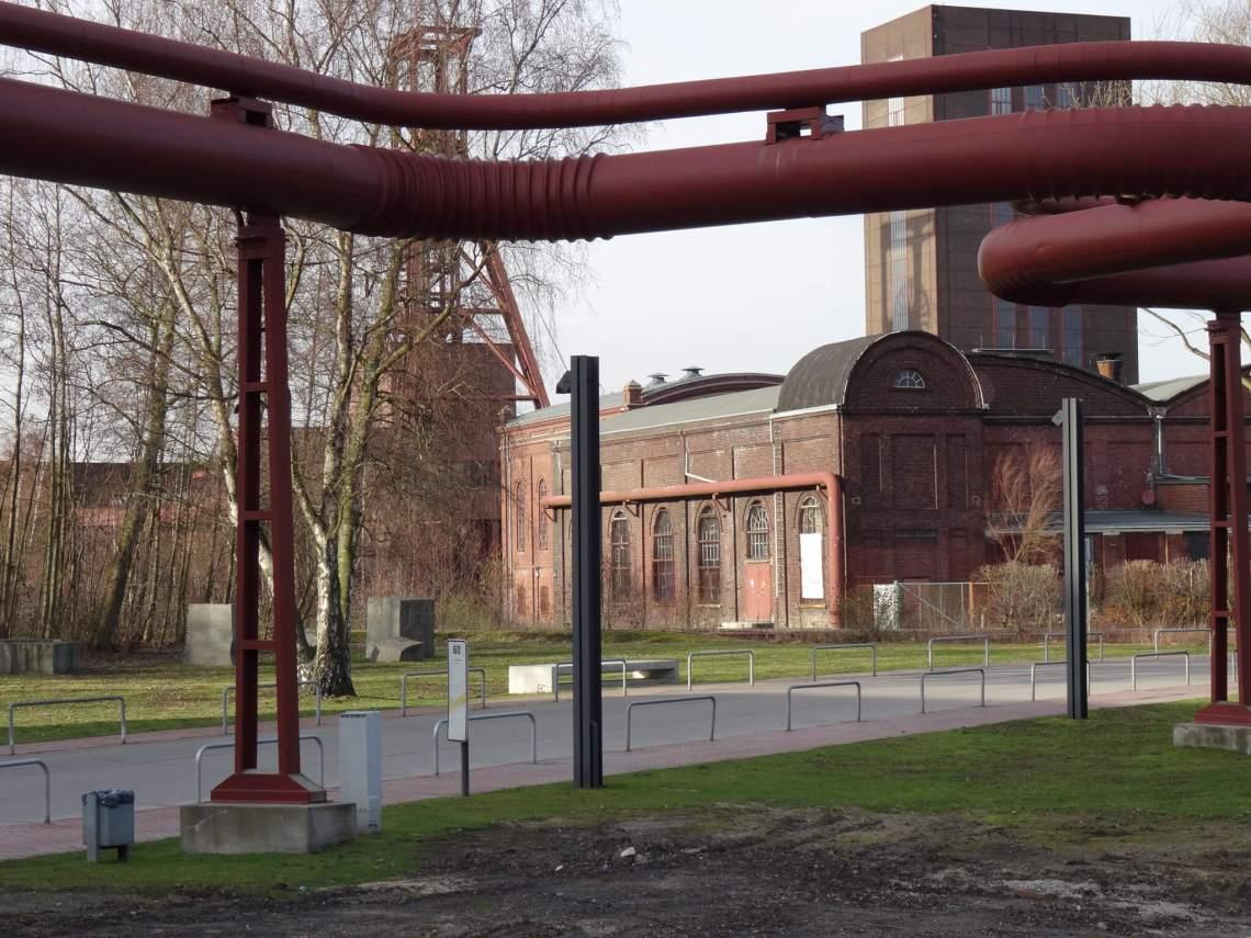 Fabriekshallen en pijpleidingen in Zollverein