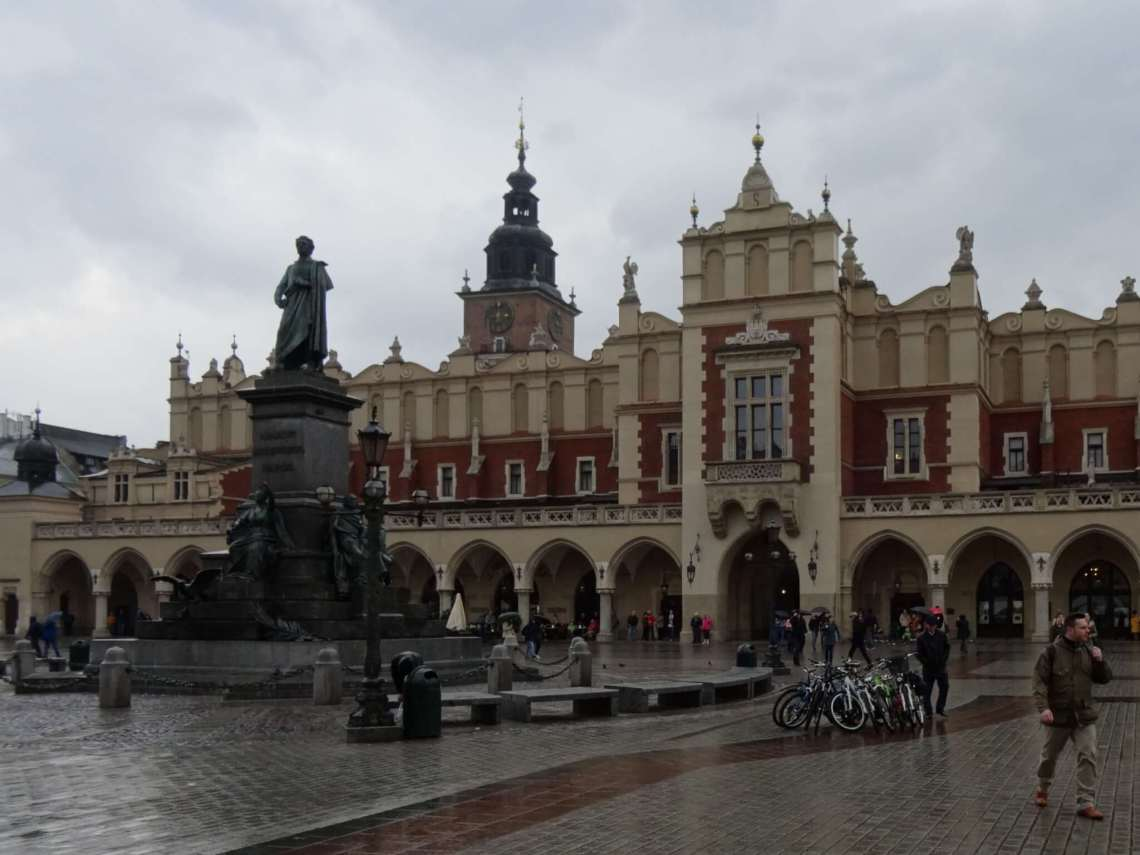 Langwerpig gebouw met galerijen op een regenachtige dag