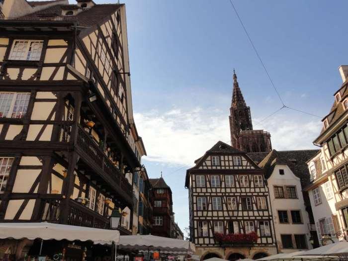 Vakwerkhuizen rond pleintje in oude stad Straatsburg