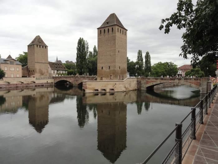 Oude vestingtorens bewaken brug in Straatsburg