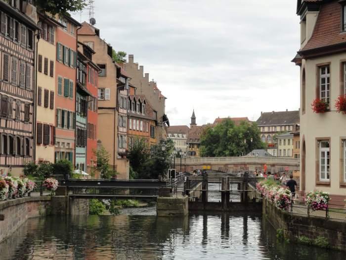 Oude kleurrijke huizen langs binnenwater in Straatsburg
