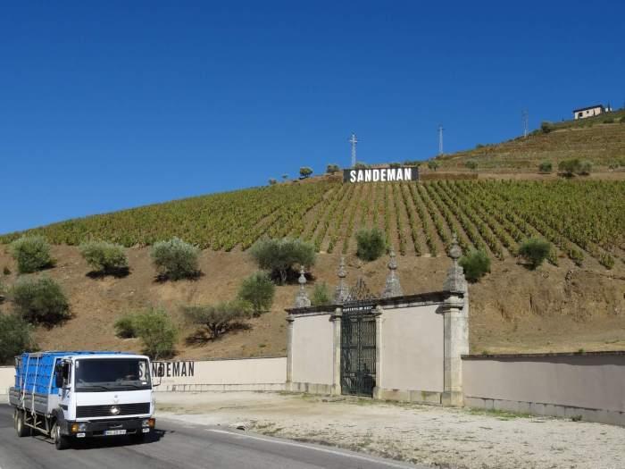 Quinta Sandeman in Alto Douro, op de voorgrond rijdt een vrachtautootje met nieuwe oogst