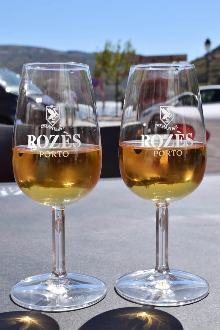 2 glaasjes met witte port in een amberkleurige tint