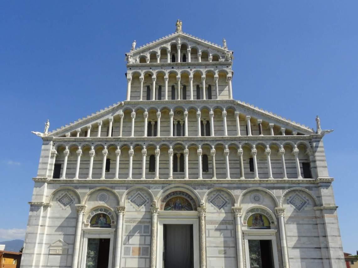 Witte voorgevel van kathedraal Pisa met galerijen