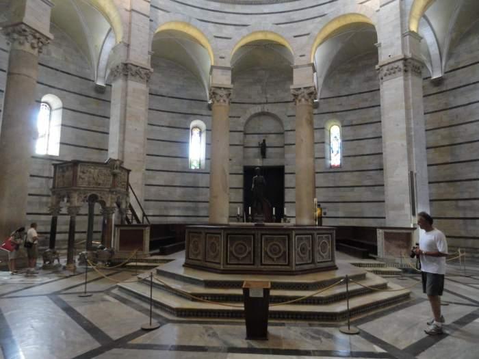 Achthoekig doopvont in Baptisterium Pisa
