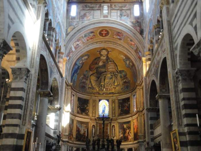 Een felgekleurde Jezus in de koepel van kathedraal Pisa