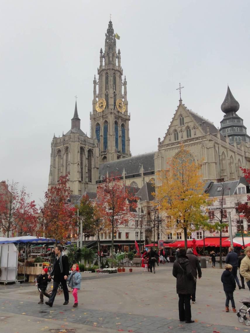 Kathedraal van Antwerpen met bomen in herfstkleuren