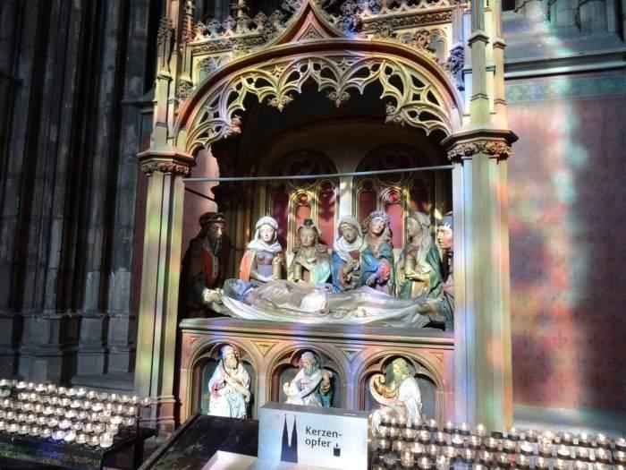 Zonlicht door glas-in-lood ramen geeft aparte kleurschakering op beeldhouwwerk kathedraal keulenGezien