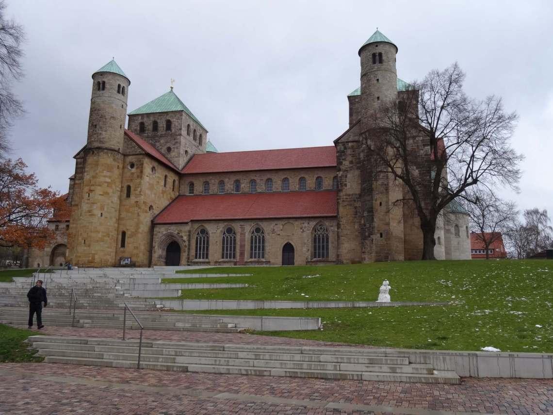 Trap die leidt naar op een heuvel gelegen St. Michaëlskerk