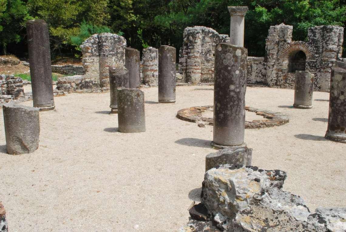 Halve zuilen in resten ronde doopkerk