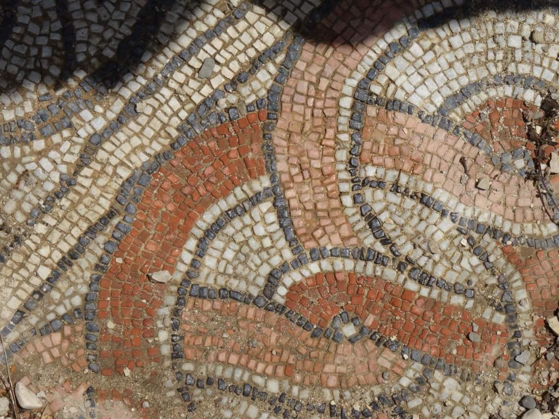 Mozaïek van witte en lichtbruine steentjes in ronde vormen
