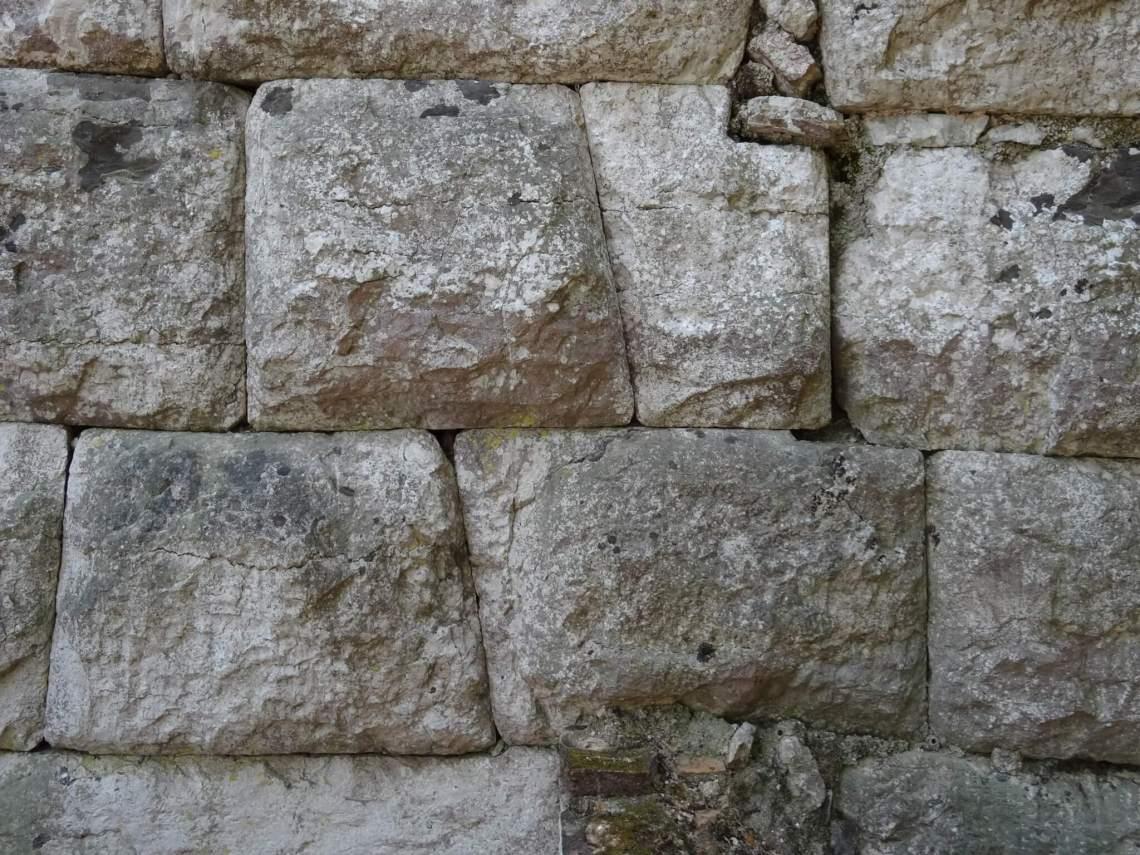 Meerhoekige stenen in cyclopische muur