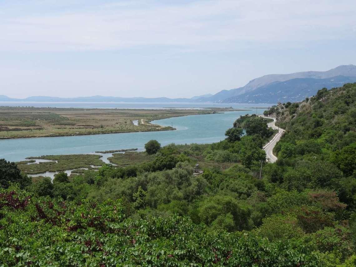 Meanderende rivier tussen weelderig groen en bergen