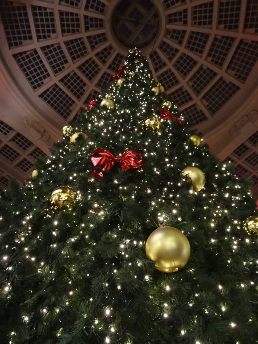 Kerstboom vol lichtjes en ballen