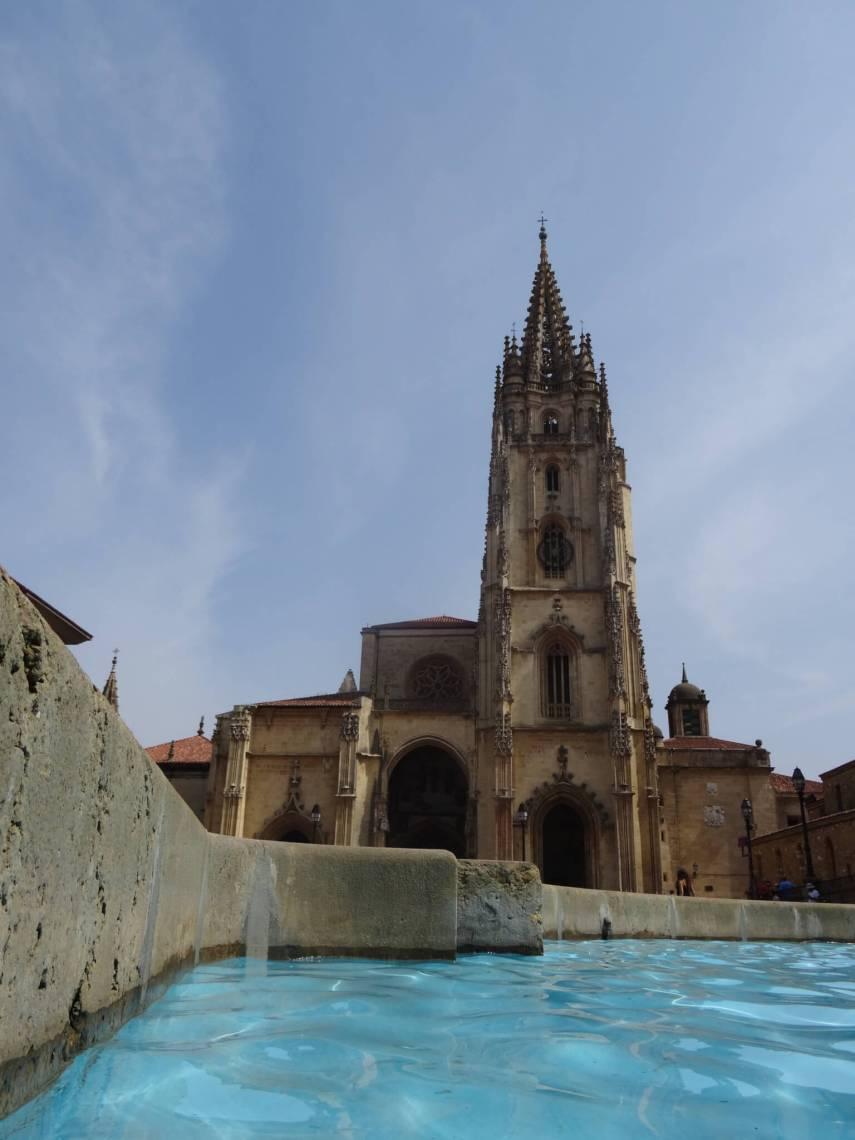 Voorgevel kathedraal Oviedo met fonteinrand op de voorgrond