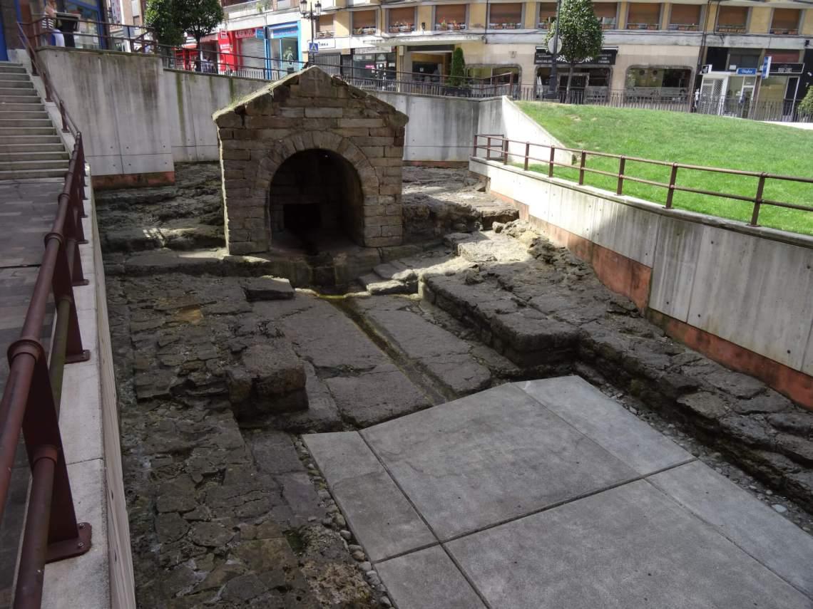 Een klein stene huisje vormt de waterbron La Foncalada