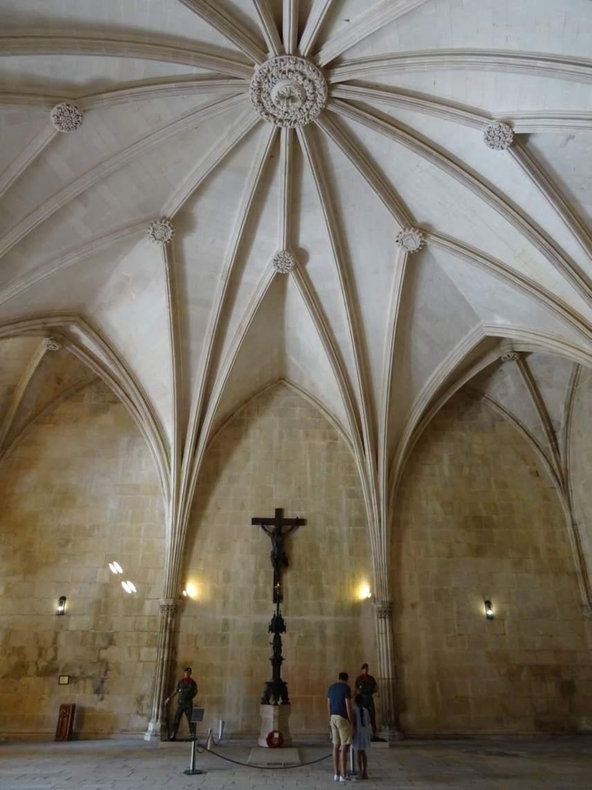 Kruis van Jezus bewaakt door soldaten onder sterplafond