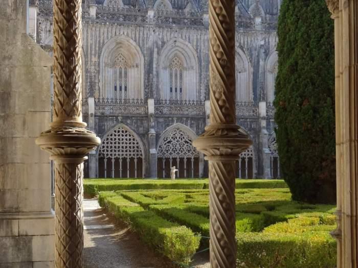 Blad en spiraalvormige motieven op pilaren klooster Batalha