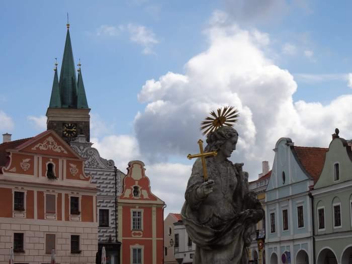 Renaissance gevels, standbeeld en klokketoren in Telč