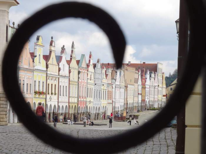 Gevelrij in Telč. De huizen zijn door middel van arcades met elkaar verbonden