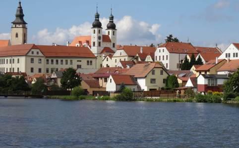 Stadsgezicht Telč vanaf het water