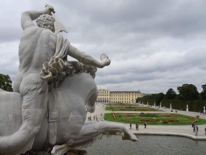 Ruiter op zeepaard, beeldengroep in tuin Schönbrunn