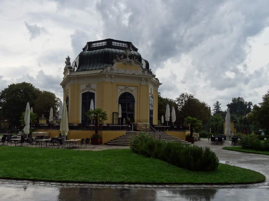 Achthoekig Kaiserpaviljoen in de dierentuin Schönbrunn