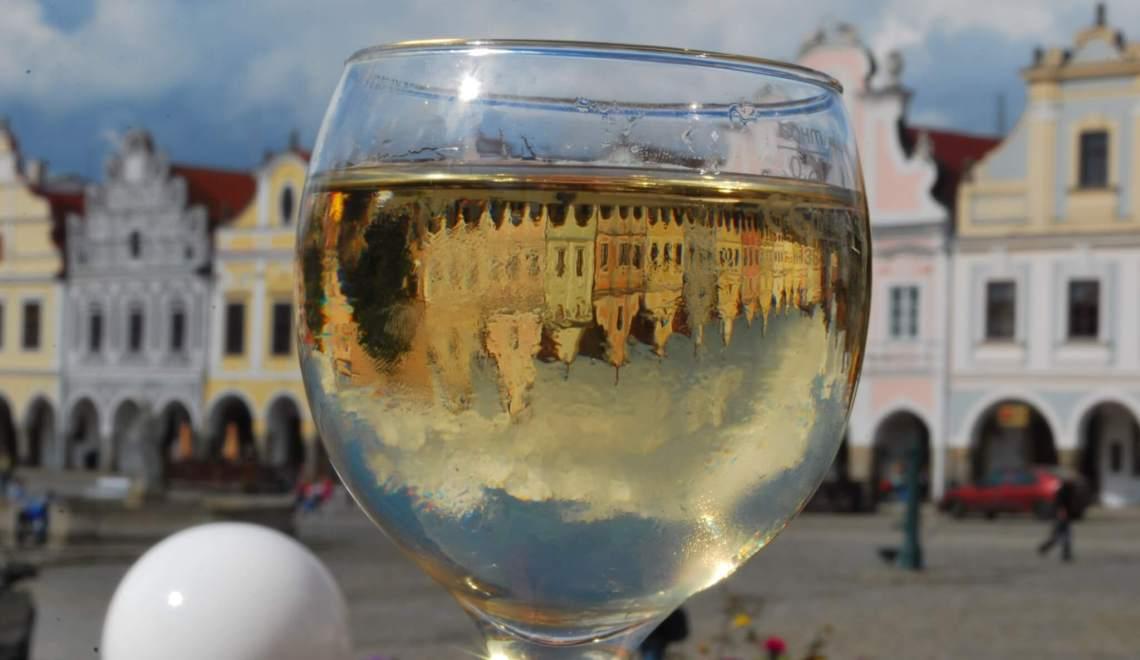Telč op zijn kop gezien door een wijnglas
