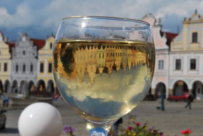 Telč op zijn kop, gefotografeerd door een wijnglas