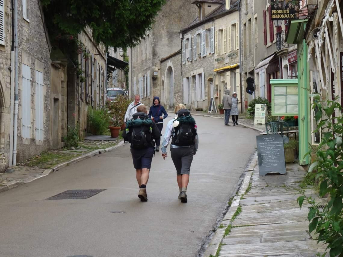 Man en vrouw bewandelen het pad richting basiliek Vézelay
