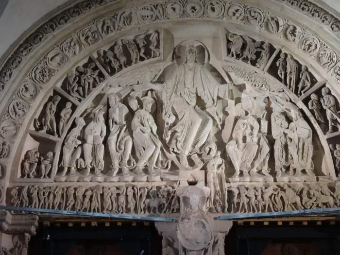 Het timpaan boven de ingang van schip Vézelay, Jezus geeft zijn discipelen opdracht zijn blijde boodschap te verkondigen