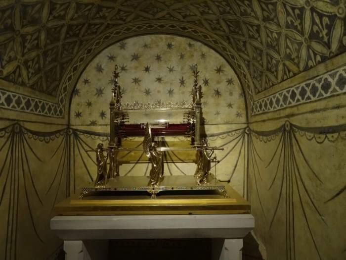 Het gouden reliekschrijn van Maria Magdalena in de crypte van kloosterkerk Vézelay