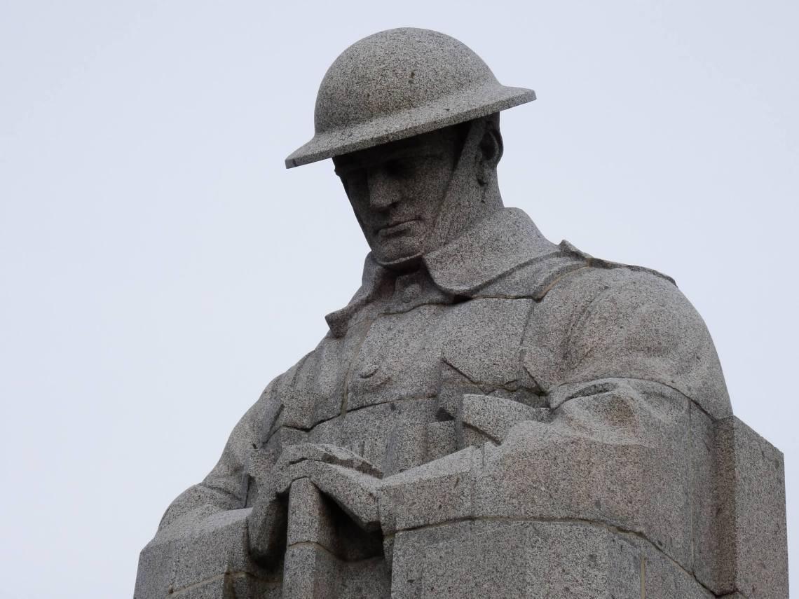 Standbeeld van een soldaat met terneergeslagen hoofd