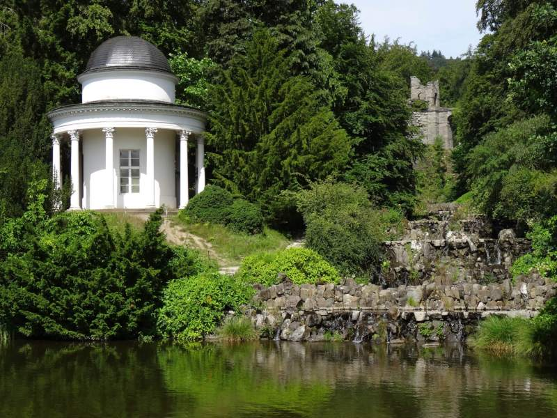 Spierwitte Apollotempel tussen weelderig groen in bergpark Wilhelmshöhe